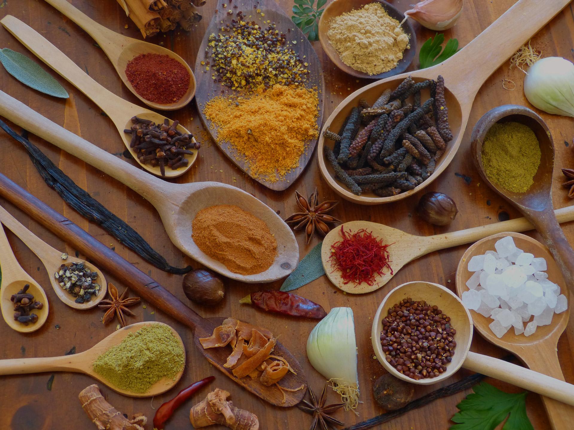 Cuilleres-bois-epices-multicolores-les-causeries-culinaires-recettes-ancetres-boutique-cours-cuisine-histoire