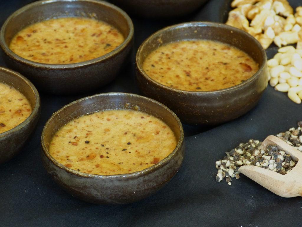 petits pots de crème aux oeufs et aux fruits secs.