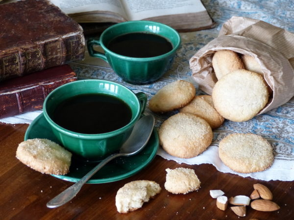 Photo-2-tasse-à-café-biscuits-amandes