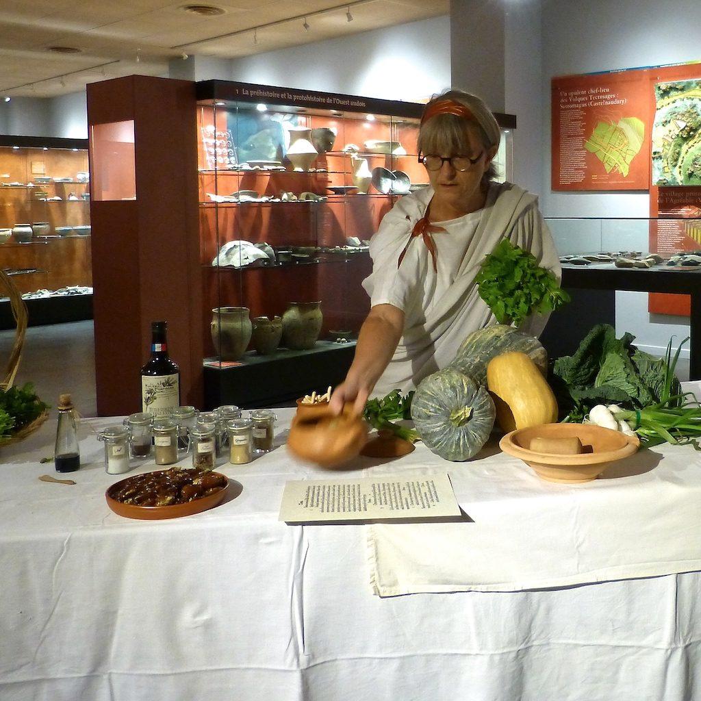 Photo de Sylvie dans le musée présentant des dattes au miel.
